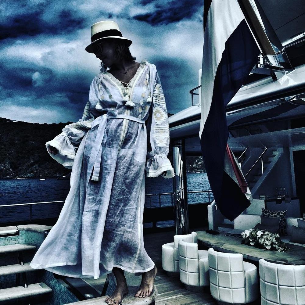 Собчак у прозорій сукні-вишиванці похвалилася відпочинком на яхті