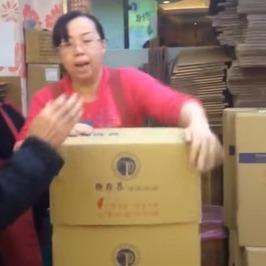 """Мережу підкорила китайська """"Кунг-Фу"""" пакувальниця (відео)"""