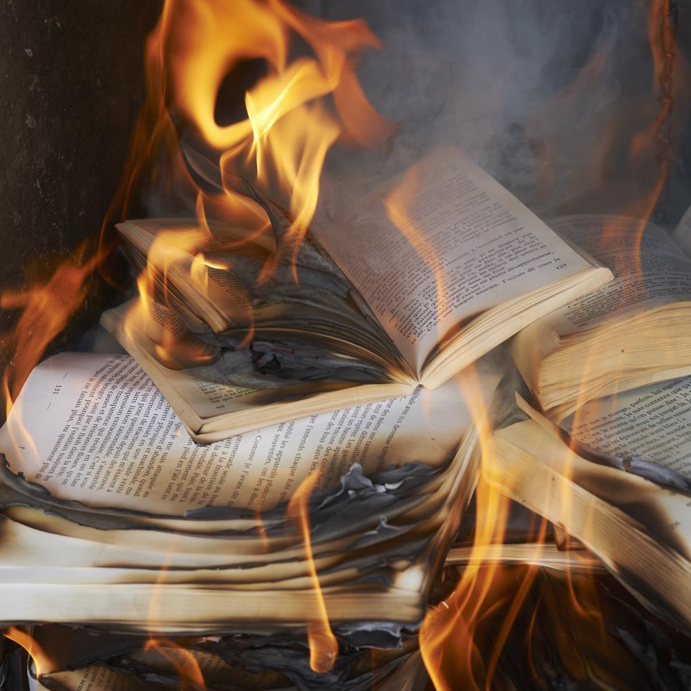 У Росії палять книги, видані на кошти Фонду Сороса