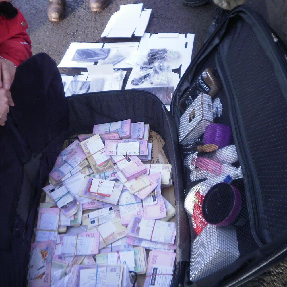 Громадянин України намагався провезти на непідконтрольну територію банківські картки, мобільники та 200 тисяч гривень (відео)