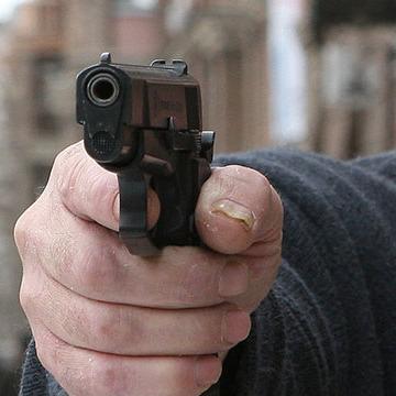 У Києві господар магазину влаштував стрілянину, перешкоджаючи демонтажу вивіски