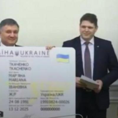 Яценюк вручив українцям перші ID-картки