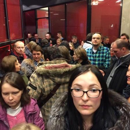 """""""Давайте вже повернемо Крим! Жити нема за що!"""" - валютні іпотечники в Росії штурмують банк (ВІДЕО)"""