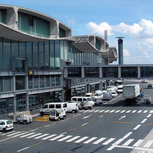 """В аеропорту Парижу сталася паніка через """"бомбу"""", відправлену у посольство США"""