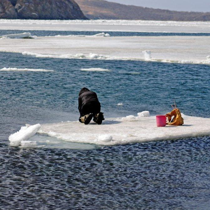 В акваторії Каховського водосховища на відірваній крижині знаходяться двоє людей