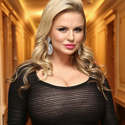 Анна Семенович роздяглася на камеру, щоб довести свою стрункість (відео)