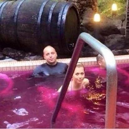 26-річний син Гонтарєвої приймає ванну з вина