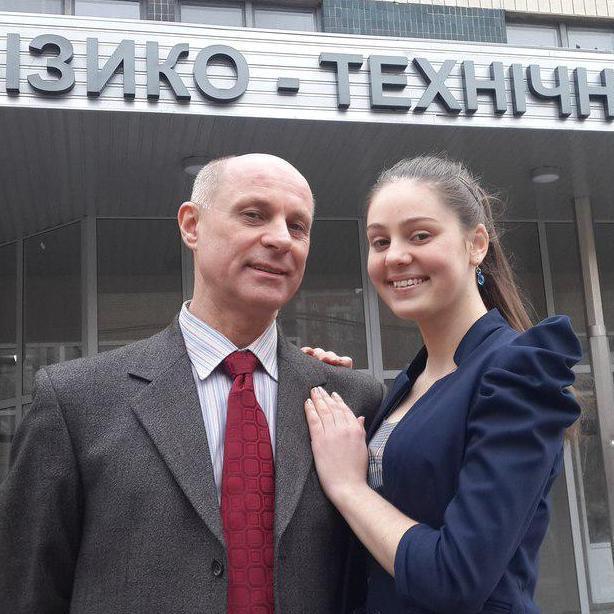 Завідувач кафедрою у «ДНР» похизувався стрункою неповнолітньою коханкою (ФОТО)