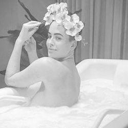 Даша Астаф'єва позує у ванній кімнаті без нижньої білизни (фото)