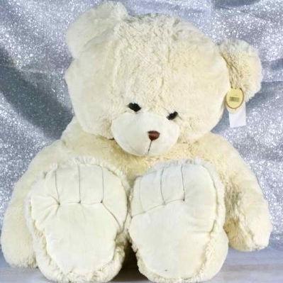 У Києві грабіжник із білим плюшевим ведмедем забрав у чоловіка 300 тис. гривень