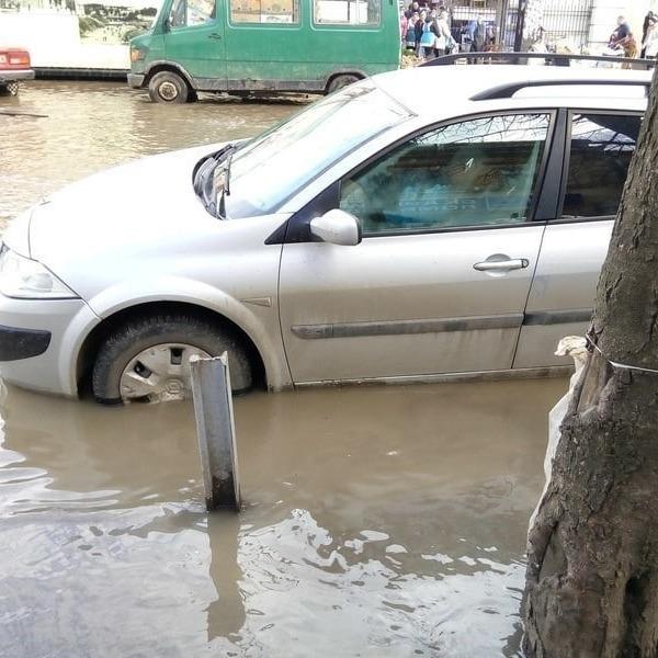 У зв'язку з аварією вулиці Одеси затопило (фото)