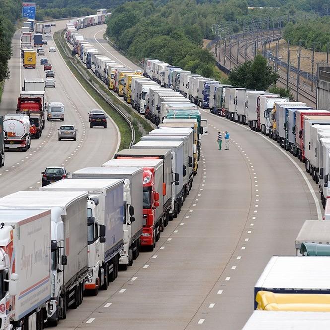 Росія випустила першу колону українських вантажівок