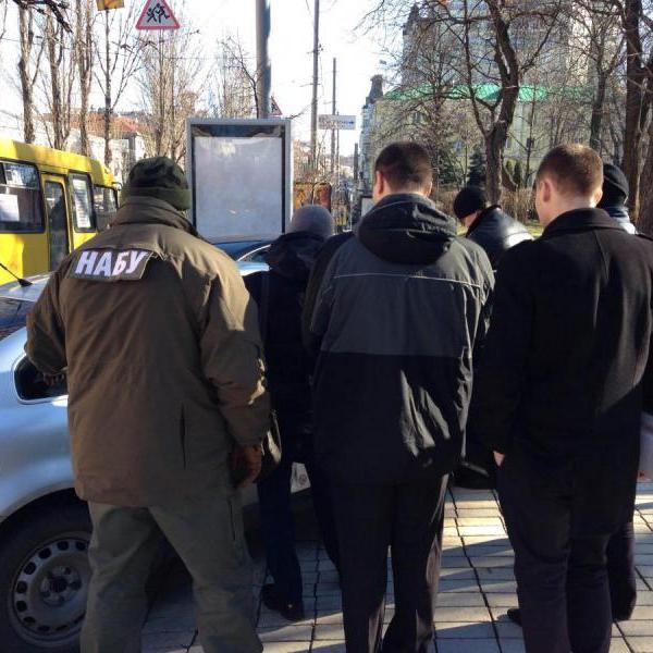 Детективи антикорупційного бюро затримали чоловіка, який намагався дати хабар за місце в НАБУ (ФОТО)