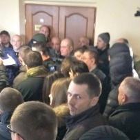 Мер Дніпропетровська був заблокований невідомими молодиками