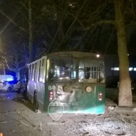 В Одесі п'яний чоловік викрав тролейбус та врізався у стовп (ФОТО)