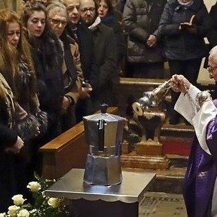 В Італії «кавового короля» поховали в гігантській кавоварці
