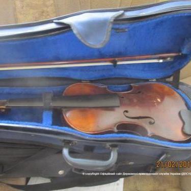 Громадянин США намагався вивезти  із Одеси 7 старовинних скрипок (фото)