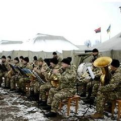 Військовий оркестр віртуозно зіграв джаз на полігоні (відео)
