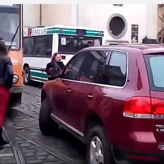 У Львові володарка елітного позашляховика перекрила трамвайні колії й ледь не влаштувала бійку (відео)