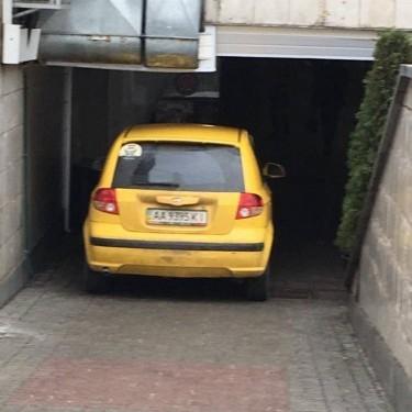 У Києві в підземному переході припаркувалася автівка (фото)