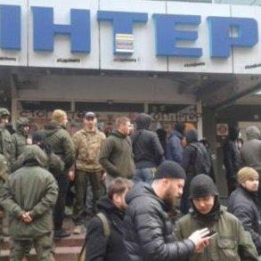 «Азов» перейшов до радикальних дій: активісти заблокували телеканал «Інтер»