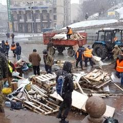 Майдан Незалежності із сутичками розчистили від наметів «революціонерів» (ФОТО)