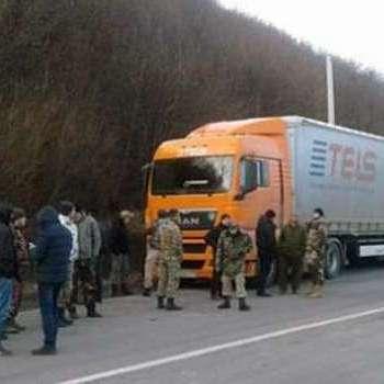 Активісти «Свободи» заблокували 14 російських фур