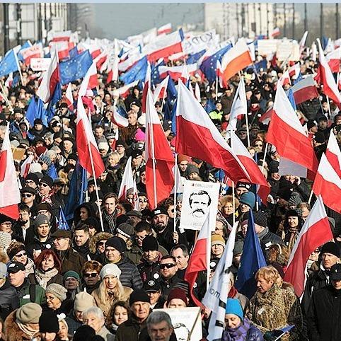 У Варшаві десятки тисяч людей вийшли підтримати Леха Валенсу