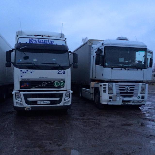 «Свободівці» продовжують блокаду російських вантажівок
