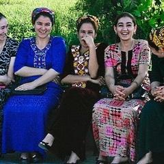 У Туркменістані на честь 8 березня всі жінки, від школярок до пенсіонерок, отримають  гроші від Президента