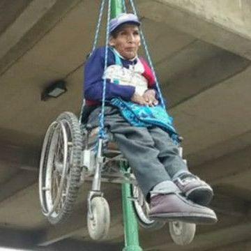 У Болівії протестувальники висять на візках над автострадою (відео)