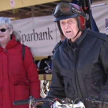 96-річний мотогонщик продовжує виступати у чемпіонатах (відео)