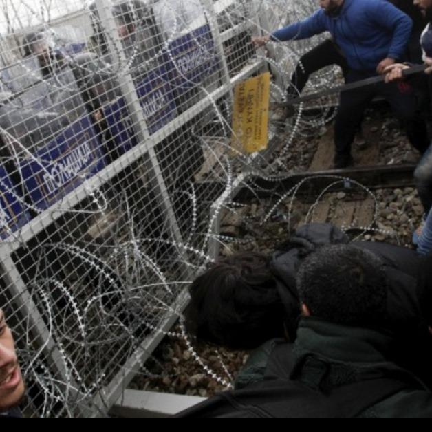 Мігранти роздерли залізний паркан, щоб прорватися до Македонії (ФОТО)