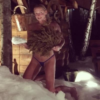 Волочкова сфотографувалася у снігу в мініатюрних бікіні