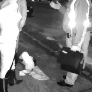 У мережі з'явилося відео, як п'яна працівниця податкової влаштувала стриптиз поліцейським Ужгорода
