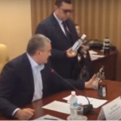 Аксьонов прямо під час засідання відправив чиновника за «паленою» горілкою (ВІДЕО)