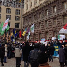 Під КМДА мітингують за вибори і проти забудови