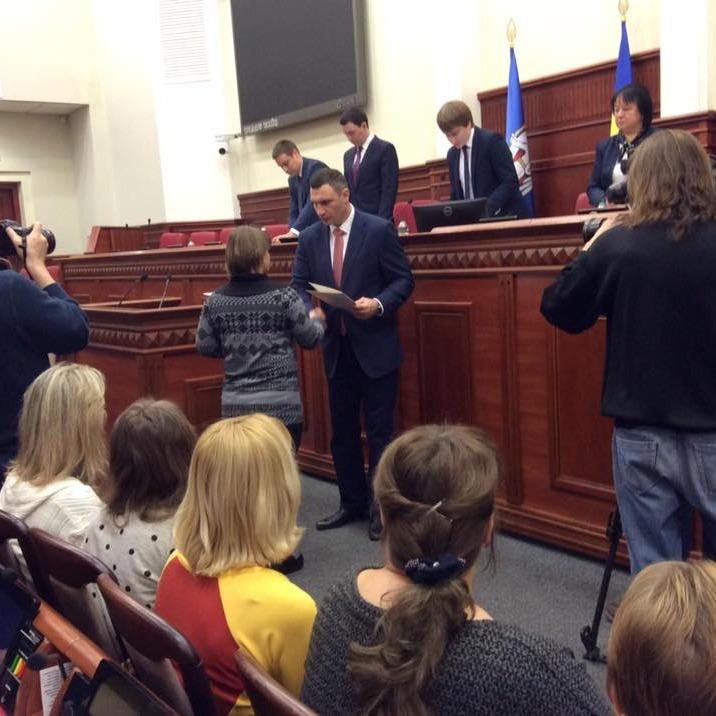 Кличко вручив сертифікати на квартири 20-ти родинам загиблих киян-воїнів АТО
