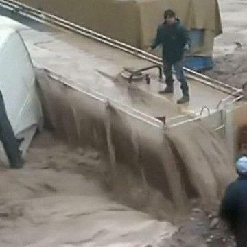 У Перу водія вантажівки витягли з повені мотузкою (відео)