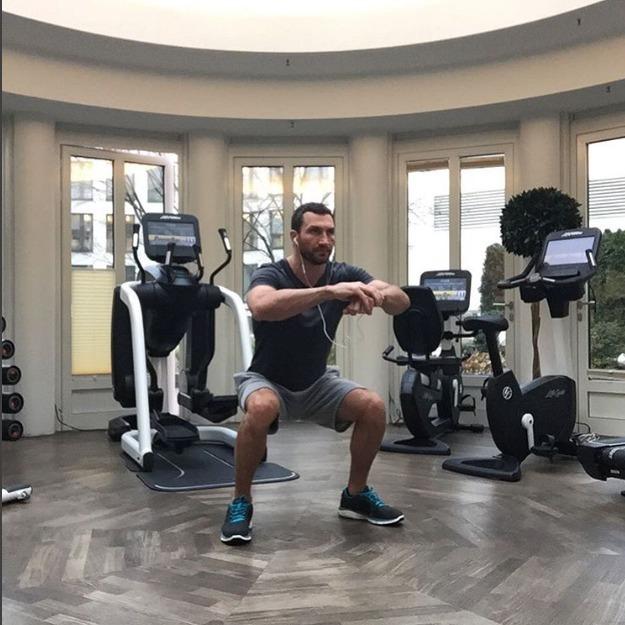 Володимир Кличко тренується навіть в офісі (відео)