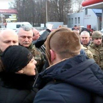 Вдова загиблого тернополянина вигнала чиновників з похорону (відео)