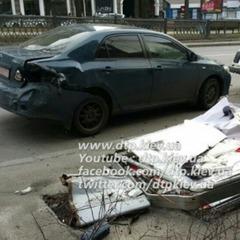 У Києві водій «пом'яв» п'ять припаркованих авто та втік (ФОТО)