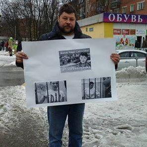 Чоловік влаштував одиночний пікет #FreeSavchenko у Москві