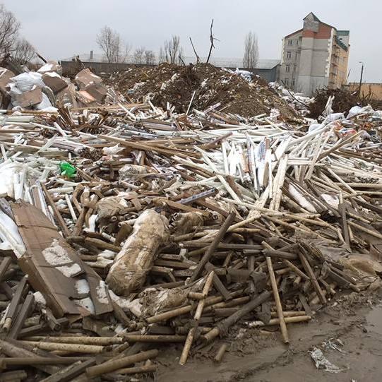 Біля житлових будинків у Києві знайшли величезне звалище ртутних ламп