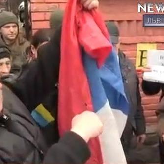 Нардеп вчинив бійку та зірвав триколор з будівлі консульства РФ у Львові (ВІДЕО)