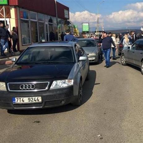 Водії заблокували дороги перед кількома КПП