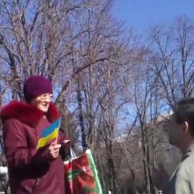 Хоробра луганчанка вийшла до пам'ятника Шевченку з українським прапором в окупованому місті (ВІДЕО)