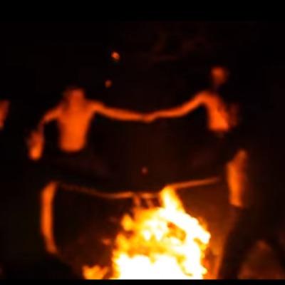 У Росії на Масляну з дикими танцями навколо вогнища спалили книги відомого американського письменника (ВІДЕО)
