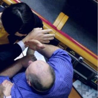 Чорновол у парламенті пошкрябала обличчя нардепу (відео)