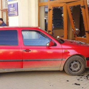 У Коломийську міську раду влетів автомобіль